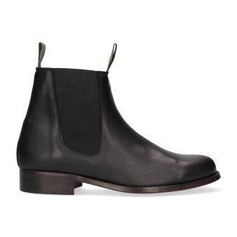 Short black boot with gusset