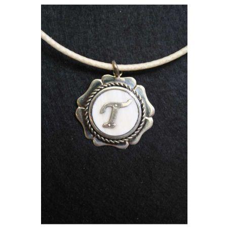 Collar letra T
