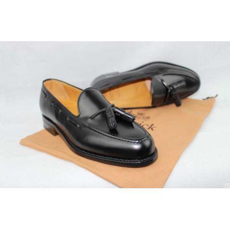 Mocasín con borlas en negro piso suela