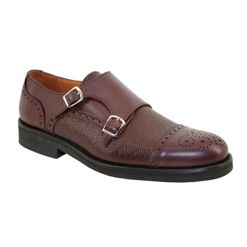 Zapato con dos hebillas en burdeos