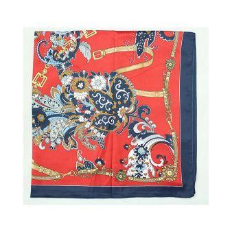 Pañuelo adornos cadenas y cachemir fondo rojo